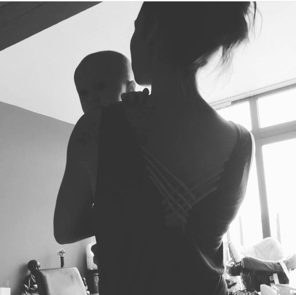 coger un bebé